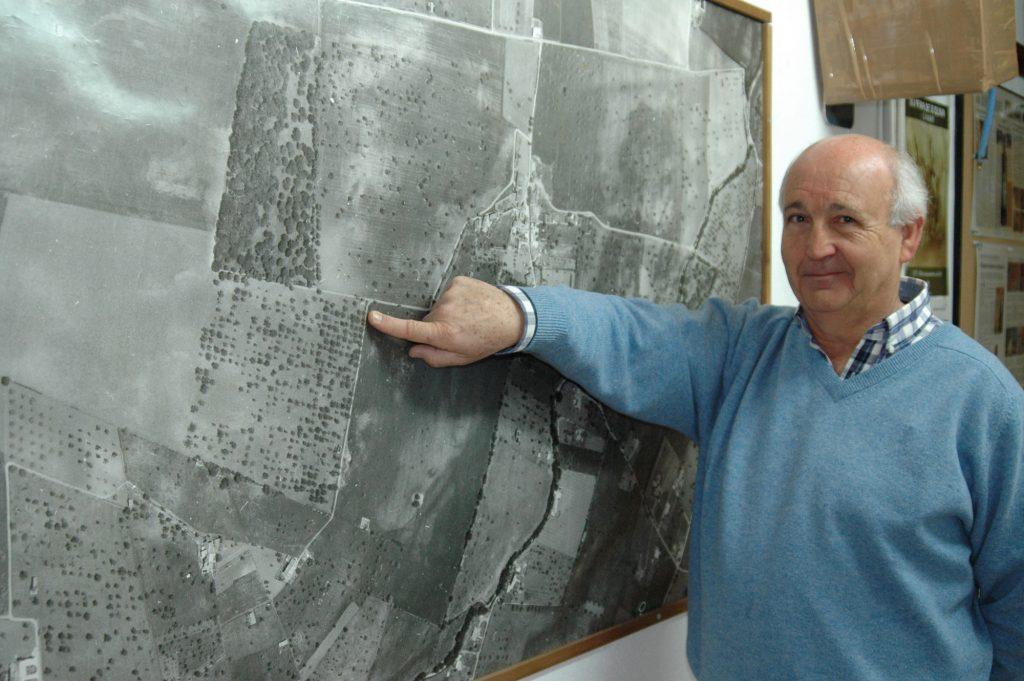 Mariano Planas Gual de Torrella assenyala la seva finca de Jornets, a Sencelles