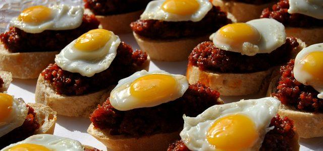 Barquetes d'ous de guàtlera i sobrassada amb mel i romaní