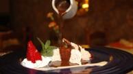 Bescuit glacé d'avellana amb xocolata calenta