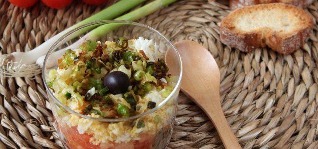 Amanida de tomaca amb alls tendres, ou dur i salaons