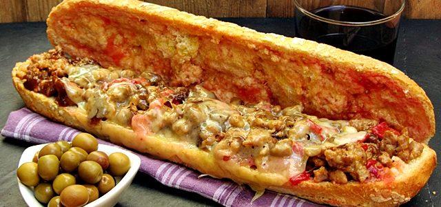 Entrepà de botifarra esparracada, ceba confitada, pebrot escalivat i formatge fos
