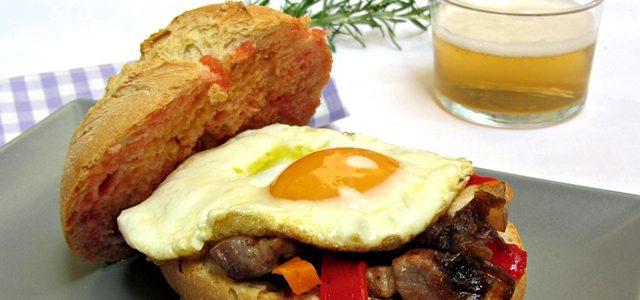 Entrepà d'ou ferrat amb cansalada, pebrot, pastanaga i ceba