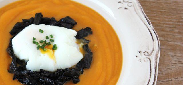 Crema de moniato amb saltat de trompetes de la mort i ou escumat