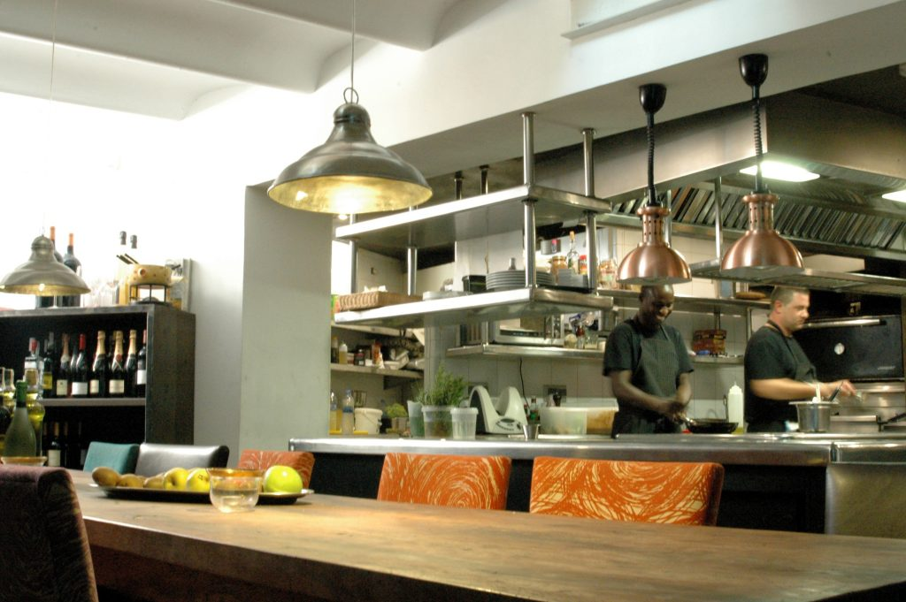 Sala privada, amb la cuina per als convidats